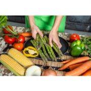 Anders als Fleisch kommt Gemüse in einer unendlichen Vielfalt der Formen und Farben daher. Glänzend violette Auberginen machen Lust auf mediterrane Aufläufe
